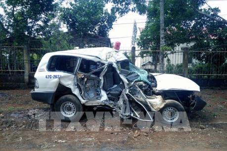 Xe cứu thương va chạm nghiêm trọng với xe máy làm 3 người chết