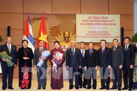Chủ tịch Quốc hội Nguyễn Thị Kim Ngân đón nhận Huân chương Đoàn kết của Cuba