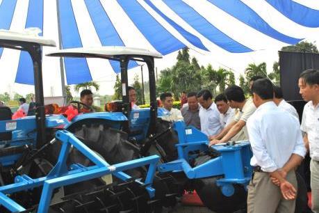 Thaco bàn giao máy kéo nông nghiệp và thiết bị nông cụ cho Viện Nông nghiệp