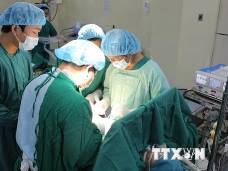 Gắp thành công dị vật dài 12 cm trong dương vật một bệnh nhân