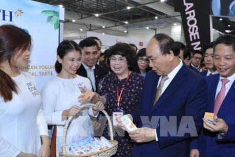 Thủ tướng Nguyễn Xuân Phúc thăm quan gian hàng Việt Nam tại Food & Hotel Asia 2018