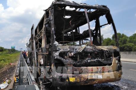 Xe khách cháy trơ khung trên cao tốc Trung Lương - Thành phố Hồ Chí Minh