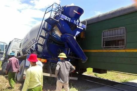 Nghệ An: Xe bồn bê tông bị tàu hàng đâm khi cố băng qua đường sắt