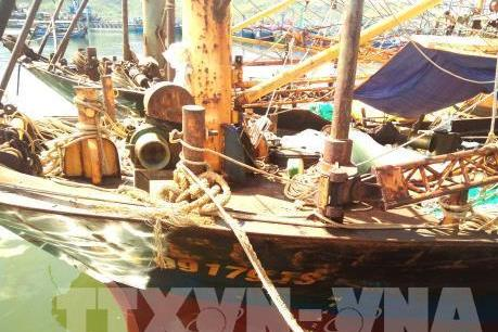 """Tàu vỏ thép """"đắp chiếu"""" nằm bờ, ngư dân lâm nợ"""