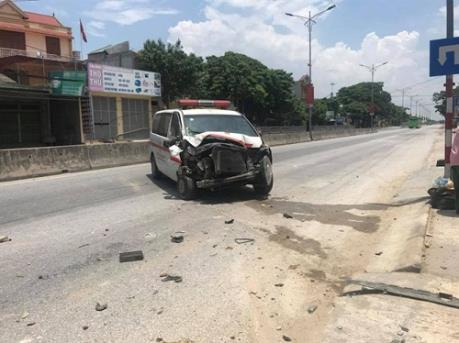 Xe cứu thương mất lái đâm thẳng vào tiệm tạp hóa nhà dân