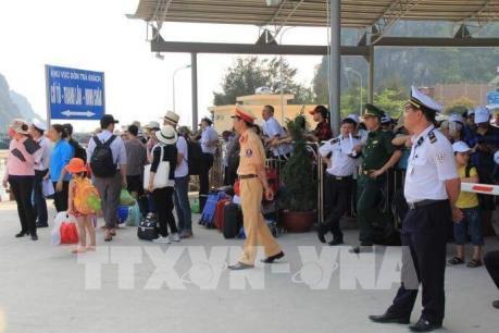 Đưa hơn 5.000 du khách mắc kẹt ở đảo Cô Tô trở về đất liền