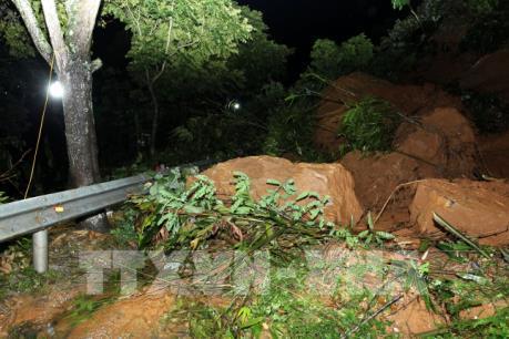 Sạt lở đất đá gây ách tắc giao thông nghiêm trong trên Quốc lộ 4D tại Lào Cai