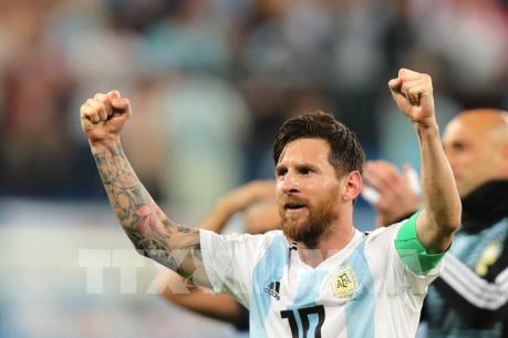 """Phá kỷ lục của """"Vua bóng đá"""" Pele, Lionel Messi gây sốt trên Twitter"""