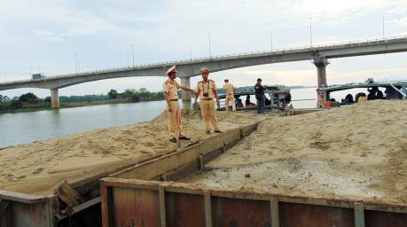 Quảng Nam tiếp tục bắt giữ 5 tàu khai thác cát trái phép trên sông Thu Bồn
