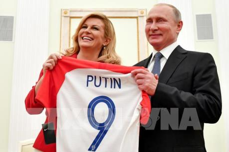 WORLD CUP 2018: Tổng thống Nga được tặng áo thi đấu của Croatia
