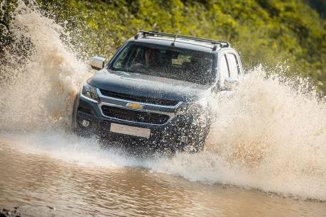10 lời khuyên khi lái xe qua đoạn đường ngập nước không thể bỏ qua