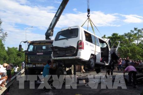 Vụ tai nạn nghiêm trọng ở Quảng Nam: Đưa 2 xe gặp nạn ra khỏi hiện trường