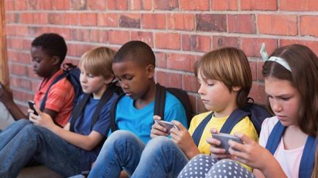 Pháp cấm học sinh sử dụng điện thoại thông minh ở trường