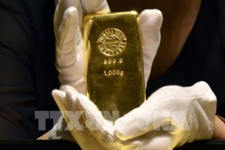 Giá vàng tăng gần 1%, đồng USD xuống giá