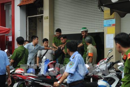 Khống chế đối tượng gây náo loạn tại phòng giao dịch của ngân hàng Vietinbank
