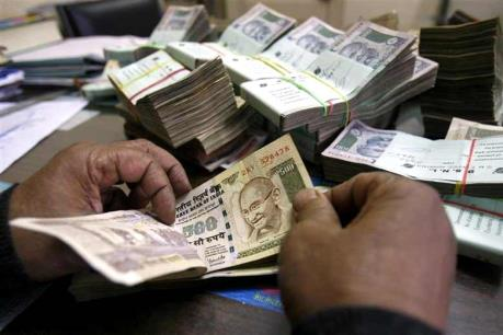Đồng rupee Ấn Độ giảm xuống mức thấp kỷ lục so với đồng USD