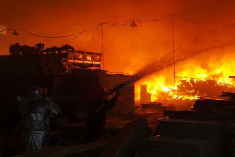 Hà Nội: Cháy lớn tại khu nhà xưởng sơn và chế biến gỗ
