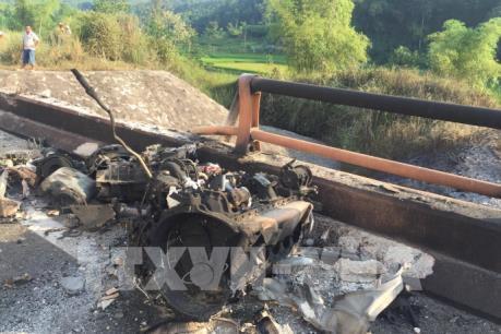 Xe bồn chở dầu lao xuống cầu, bốc cháy dữ dội trên cao tốc Hà Nội-Lào Cai