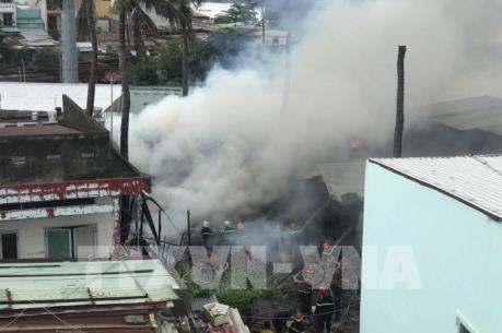 Đang cháy lớn tại khu nhà dưới chân cầu Bình Lợi