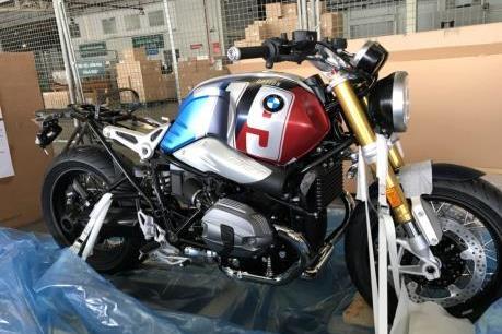 Mô tô BMW R nineT Spezial và K1600 Grand America bất ngờ xuất hiện tại sân bay