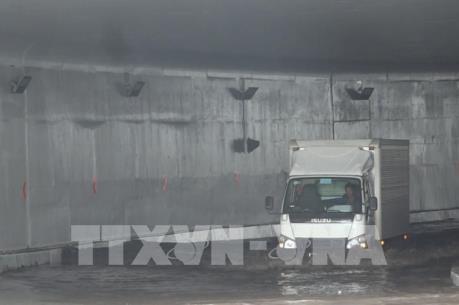 Giao thông vào cảng Cát Lái gặp khó khăn do mưa ngập