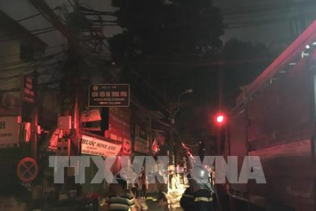 Đang cháy lớn trên phố Đê La Thành, Hà Nội