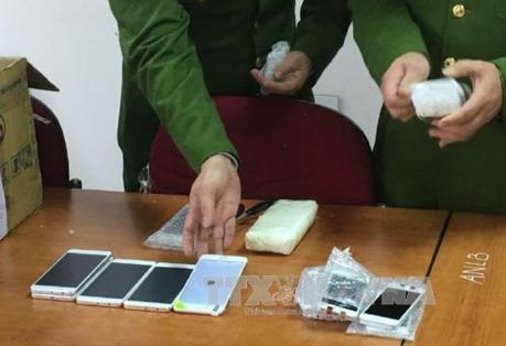 Hải quan Tân Sơn Nhất tạm giữ hàng trăm Iphone mới của hành khách