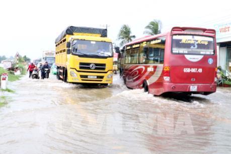 Quốc lộ 1A đoạn giáp ranh Sóc Trăng-Hậu Giang ngập nặng do triều cường