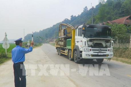 Xe tải vượt trạm cân bất chấp hiệu lệnh của Thanh tra giao thông