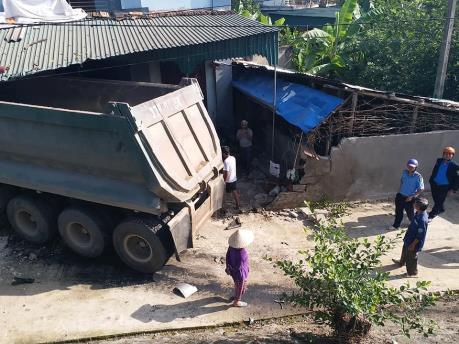 Nghệ An: Xe đầu kéo mất lái đâm sập nhà dân