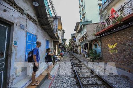"""""""Phố đường tàu"""" Hà Nội thu hút du khách"""