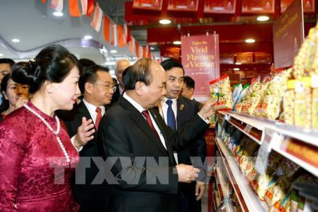 Thủ tướng Nguyễn Xuân Phúc dự Khai trương Tuần lễ hàng Việt Nam tại Singapore