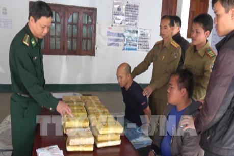 Bắt hai đối tượng vận chuyển 210.000 viên ma túy tổng hợp