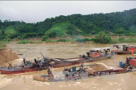 Hưng Yên: Bắt quả tang 2 tàu hút cát trái phép trên sông Hồng