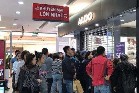 Người dân đổ về các điểm mua sắm dịp Black Friday