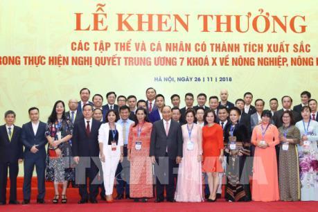 Thủ tướng Nguyễn Xuân Phúc trao thưởng về tam nông