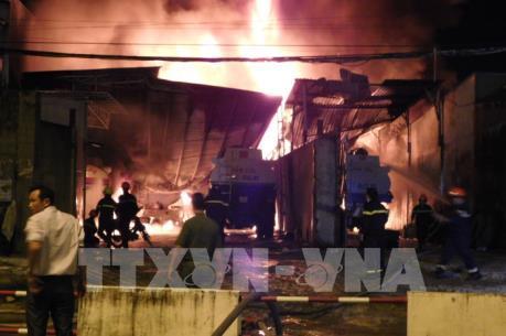 Điều tra nguyên nhân vụ cháy tại kho chứa xăng dầu và gara ở Nha Trang