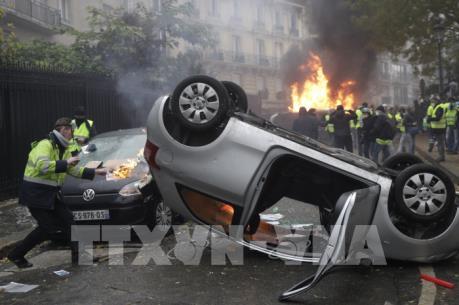 Pháp chính thức hoãn việc tăng thuế nhiên liệu