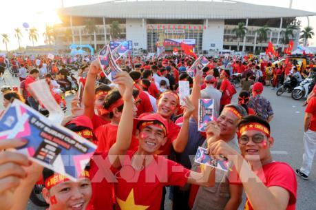 Cổ động viên Việt Nam đổ ra đường cổ vũ cho tuyển Việt Nam