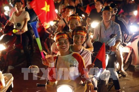 Cổ động viên vỡ òa niềm vui sau chiến thắng của tuyển Việt Nam