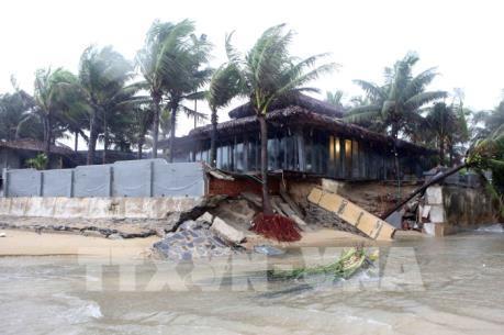 Mưa lũ tàn phá các tỉnh miền Trung