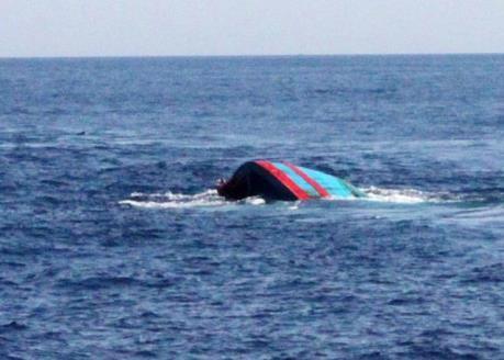 Khẩn trương tìm kiếm 3 thuyền viên tàu cá BV 9496 TS bị lật