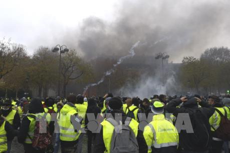 """Hàng nghìn người biểu tình """"Áo vàng"""" đổ xuống đường trên toàn nước Pháp"""