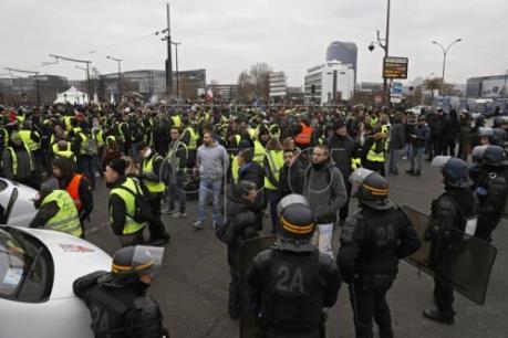 """Cảnh sát Pháp dùng hơi cay giải tán người biểu tình """"Áo vàng"""""""