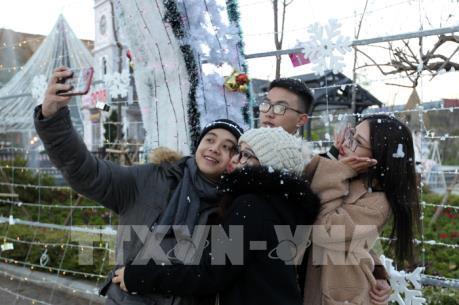 Dự báo có mưa tuyết, hàng vạn du khách đến Sa Pa đón năm mới