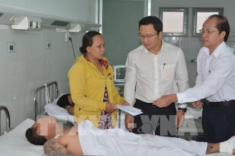 Thăm nạn nhân bị thương vụ xe đầu kéo đâm loạt xe máy ở Long An
