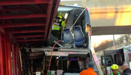 Xe buýt đâm vào mái vòm nhà chờ làm 26 người thương vong
