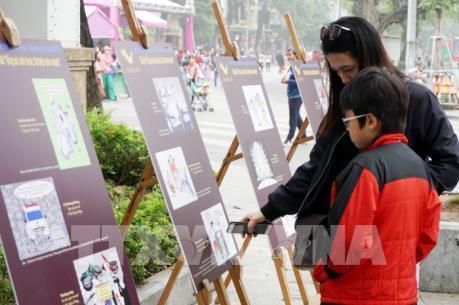 Triển lãm tranh giải biếm họa báo chí Việt Nam tại phố đi bộ Hồ Gươm