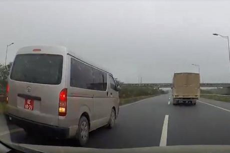 Xe biển đỏ đi lùi trên cao tốc Hà Nội - Thái Nguyên: Tạm đình chỉ công tác lái xe