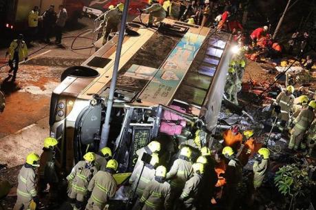 Lật xe buýt khiến 17 người thương vong
